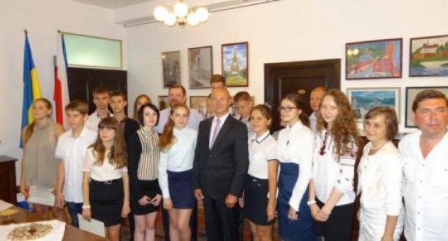 Кременчугских победителей викторины наградили в Польском консульстве