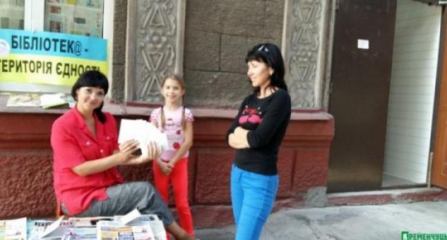 Читателей кременчугской библиотеки работники встречают на улице