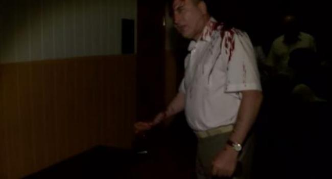 Скандал в Полтаве: чиновника облили свиной кровью