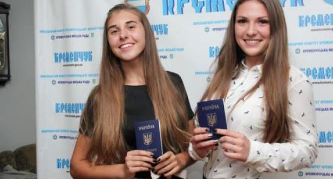 В Кременчуге получили паспорта 18 сентябрьских именинников