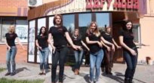 В Кременчуге своих клиентов парикмахеры встречают танцами, - видео