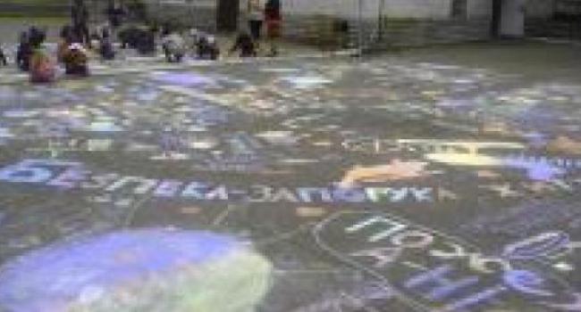 Фотофакт: в лицее №4 ученики на асфальте нарисовали панно «Дети – за мир!»