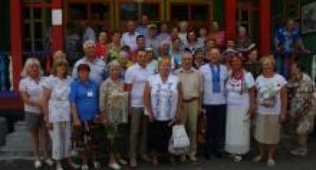 Кременчужане преклонного возраста «заряжаются» энергией на берегу Псла