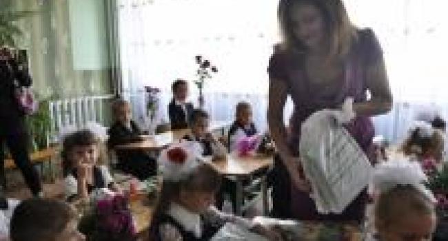 Первоклашки Молодежного получили подарочные наборы канцтоваров от нардепа Жеваго