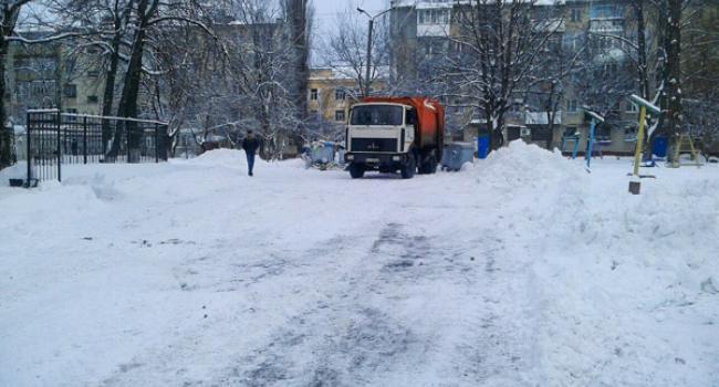 Отреагировали: двор вице-мэра Усановой чистят от снега и мусора