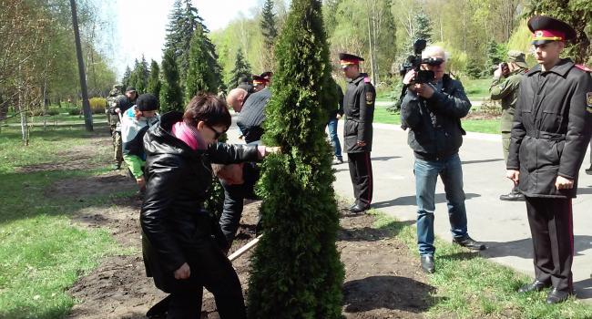 В сквере Юбилейном высадили 43 туи в честь погибшихкременчугских воинов АТО