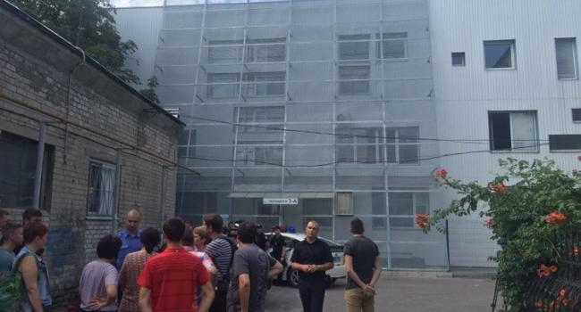 В середине помещения закрылись люди, которые называют себя новыми владельцами здания.