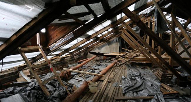 Новий дах вже тече: мешканці будинку №47, що на проспекті Свободи, обурені неправдивими словами мера