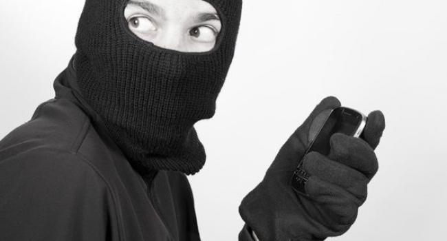 Ховайте гаджети: у кременчужанина з рук грабіжник вихопив смартфон