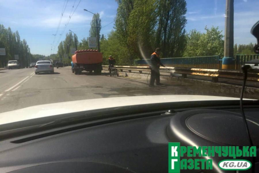Аккуратно: на пивзаводовском мосту моют колесоотбойники