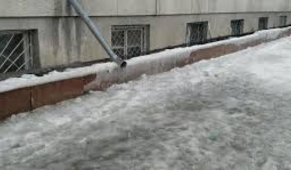 Идет процесс подстегивания к работе управляющих компаний и магазинов по расчистке ото льда тротуаров