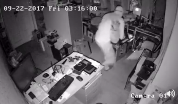В Кременчуге «вскрыли» офис: хозяева просят опознать грабителя/грабителей по видео