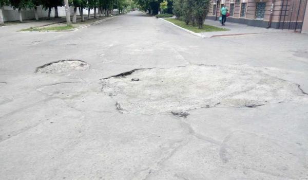 Громадные ямы на улице Софиевской встречают крюковчан по дороге в детсад