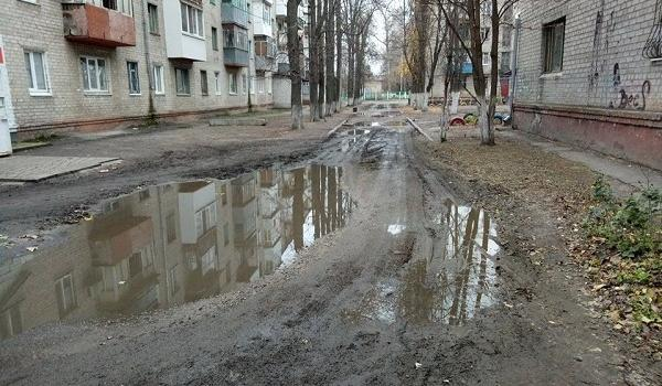Жители переулка Гвардейский после каждого дождя «принимают грязевые ванны» на дороге