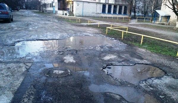 Это не окраина: жители микрорайона Петровка жалуются на тьму и дырявую дорогу