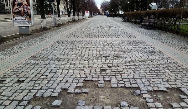 Каменная брусчатка по улице Соборной в Кременчуге до ремонта «не доживет»