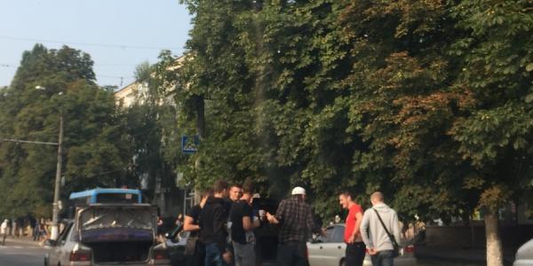 В районе остановки «Улица Вадима Бойко» из-за ДТП усложнено движение автомобилей