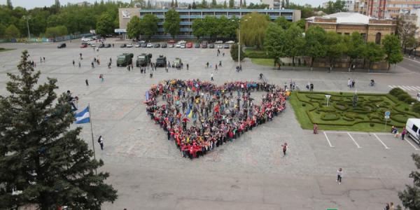 В Кременчуге люди выстроились в «Живое сердце» в знак благотворительности