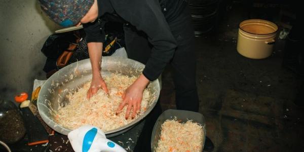 Волонтеры передадут в зону АТО квашеную капусту - фото