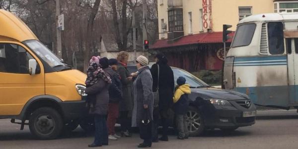 В Кременчуге столкнулись маршрутка и легковушка