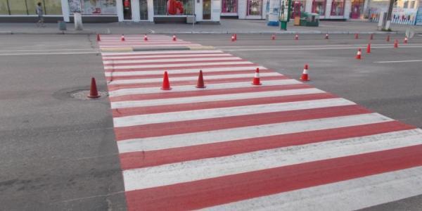 В Кременчуге опасные переходы «усиливают» красной краской