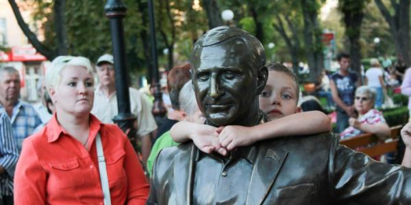 Памятник Олегу Бабаеву в сквере у фонтана стоит законно – ВАСУ