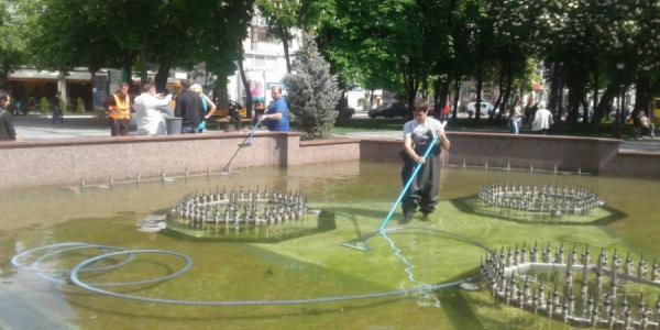 В центре Кременчуга чистят фонтан и высаживают десятки тысяч цветов