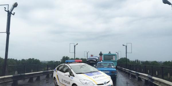 В Кременчуге контроль за движением тяжелых фур через мост передали патрульным