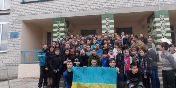 Школьникам Кременчугского района передали боевые флаги из зоны АТО
