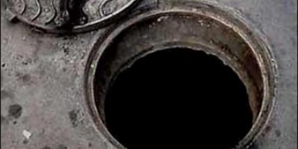 Двое ремонтников отравились испарениями канализации
