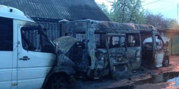 В Кременчуге ночью сгорели два Mercedes'а