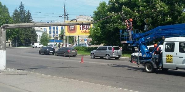 Центр Кременчуга частично парализован: упал столб, и остановились троллейбусы