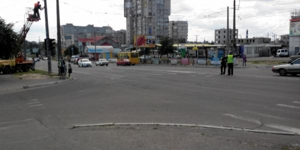 В районе Троицкого рынка ремонтируют светофор