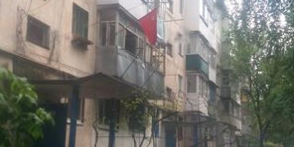 Кременчужанин повесил возле своего окна красный флаг