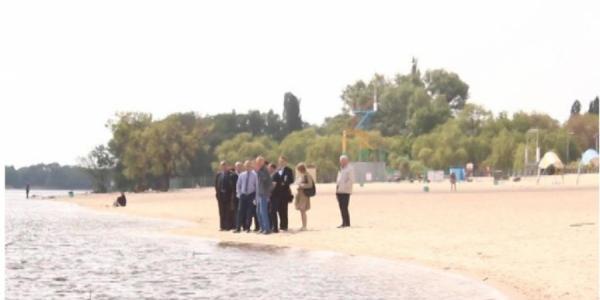 Песок на Центральном пляже Кременчуга культивируют