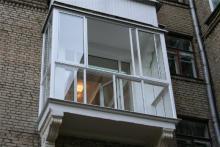 Малыш выпал с балкона второго этажа