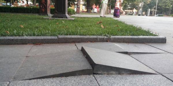 В сквере Олега Бабаева рушится гранитное покрытие