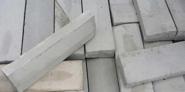 В Кременчуге из Городского сада со стройки украли 48 бордюров и три метра трубы