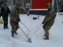 Нацгвардейцы очищают от снега Молодежный