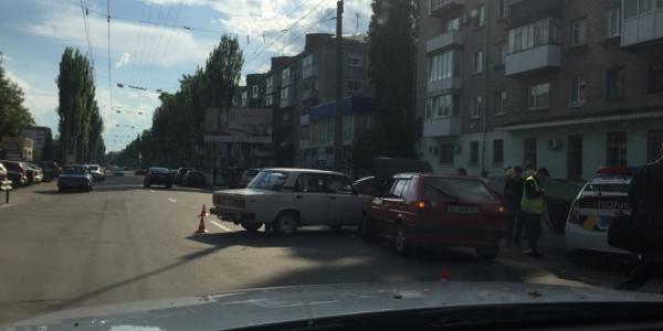 """Возле Автозаводского райсуда """"стукнулись"""" два авто"""