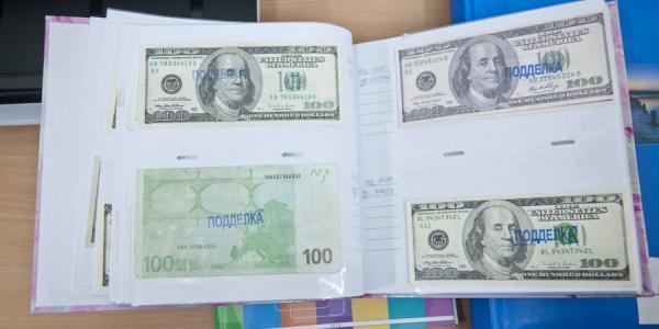 Пенсионер принес в банк поддельные 100 долларов и хотел положить их на депозит