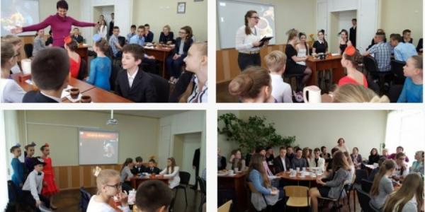 Кременчугские школьники отметили юбилей Королевы Англии чаепитием