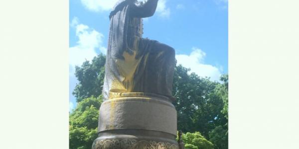 Новый памятник Мазепе в Полтаве испоганили вандалы