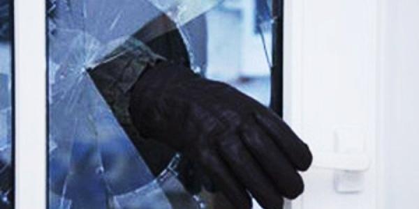 По Первомайской вор разбил витрину магазина и украл 2 вазы