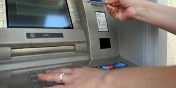 Мошенники «обработали» пенсионерку не отходя от банкомата