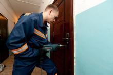 Кременчужанин крепко уснул, а спасатели вскрыли двери его квартиры