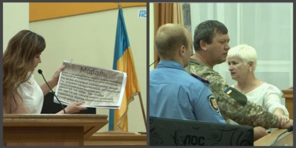 В Кременчуге активиста на сессии горсовета чуть не увела полиция, а мэру подарили сказку