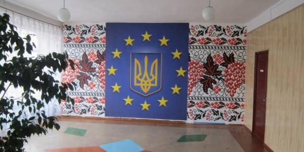 В школе №16 рекреацию украсила украинско-европейская картина