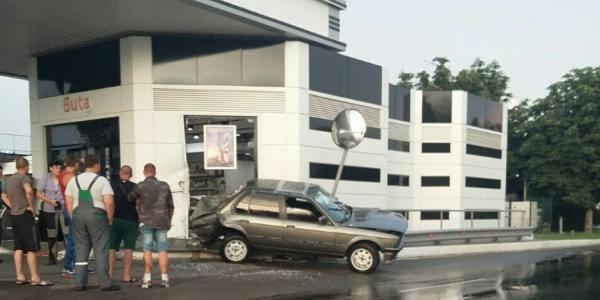 В Кременчуге BMW врезался в заправку Socar (дополнено)