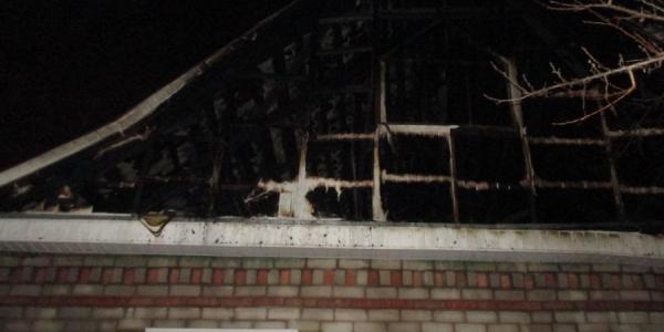 В Песчаном загорелся гараж, сгорел автомобиль и едва не сгорел дом